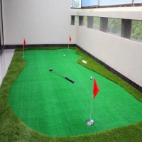 What are the causes of color difference in artificial turf production?